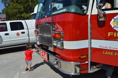 Carlo el curioso mirando cada detalle del camión.