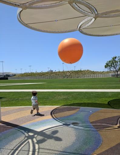 Linda vista del cielo azul y el globo
